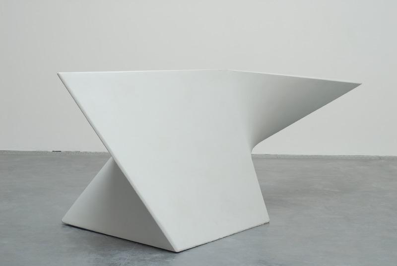 Tjeerd Alkema, 1 mètre cube - Polyèdre anamorphique, 1998-2010, contreplaqué, acier, polyester, acrylique, 120 x 143 x 275 cm. Collection Frac Languedoc-Roussillon