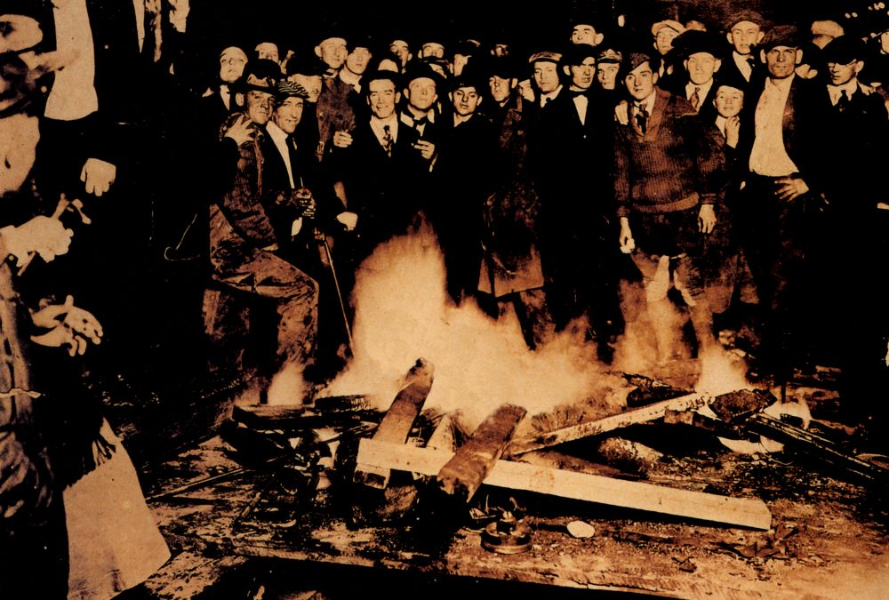 Mathieu Kleyebe Abonnenc, The Burning Corpse of William Brown. At the Hands of Persons Unknown, 2005, photographie, 100 x 150 cm. Collection Frac Languedoc-Roussillon