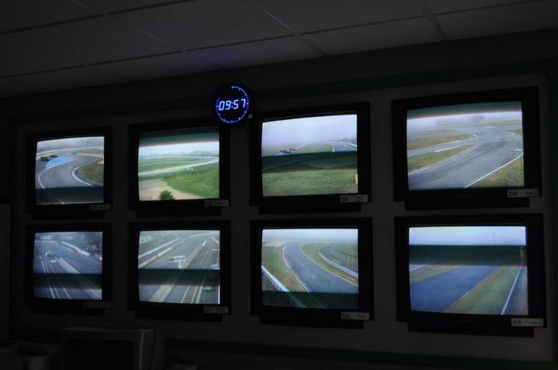 Nicolas Daubanes, Jusqu'ici tout va bien, 2017, vidéo - images des écrans de contrôle d'un circuit automobile